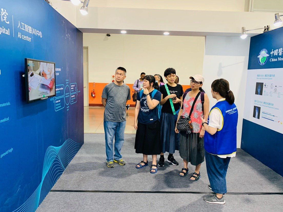 中國附醫AI中心人員為民眾解說AI項目運作流程。