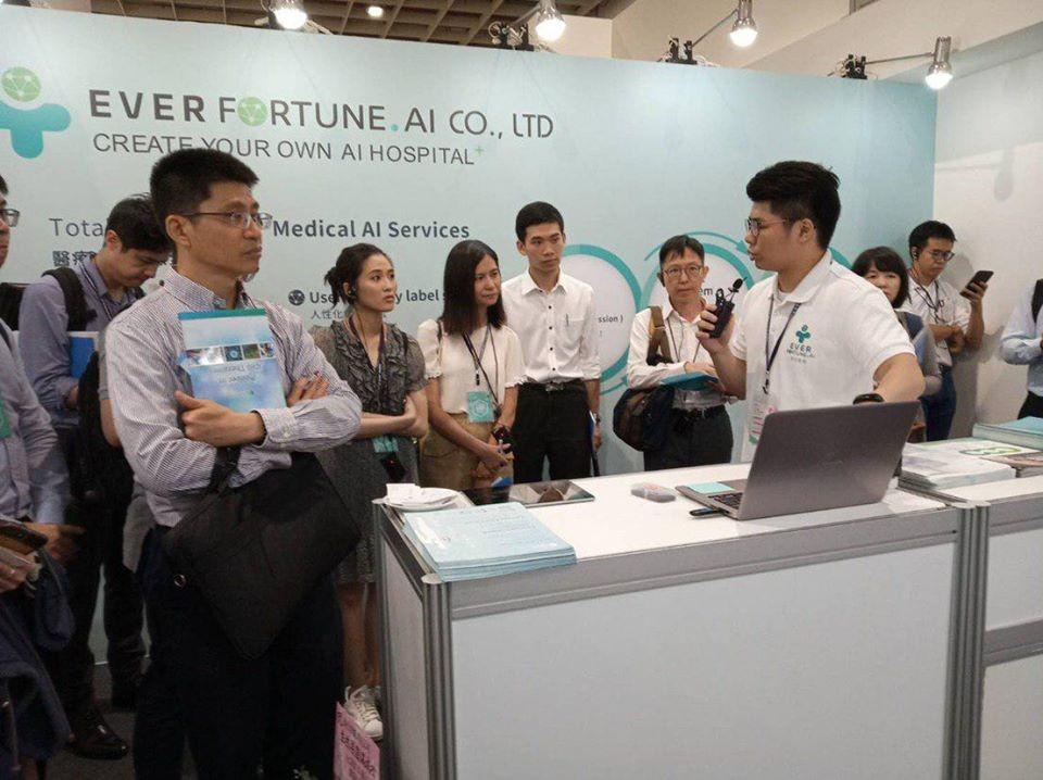 合作廠商長佳智能為參訪團Demo AI輔助判讀系統。