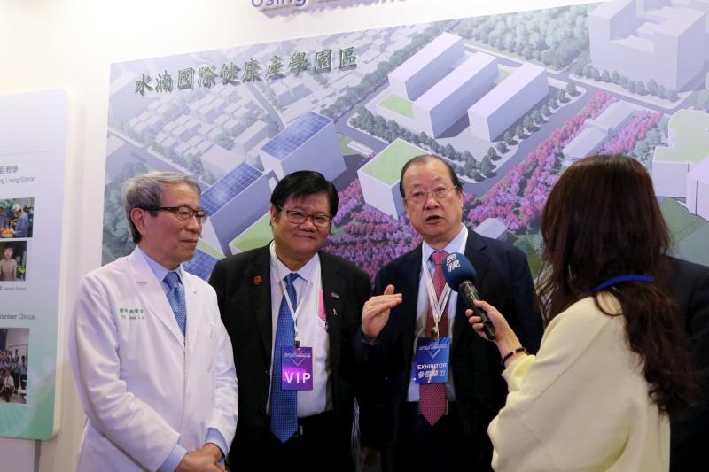 蔡長海董事長偕洪明奇校長、鄭隆賓院長說明校院發展尖端醫療服務和建構智慧醫院的豐碩成果