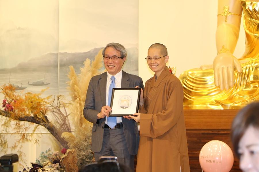 鄭隆賓院長接受佛光山惠中寺覺居法師致贈感謝狀