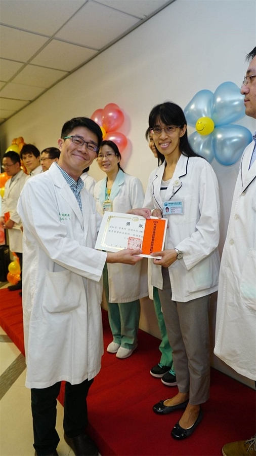 Dietitian Yu-Wen Su of the Division of Food and Nutrients was praised by 2017 Senior Outstanding Medicine