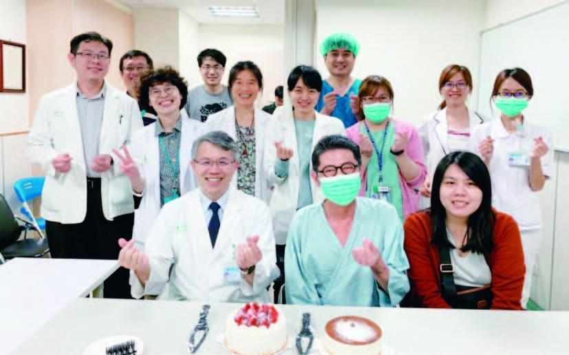 肺臟移植團隊(本文作者前排左一)共同祝賀病人喜獲新生。