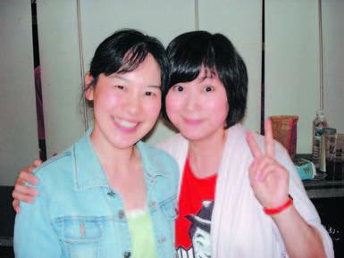 作者(左)與王月小姐合影