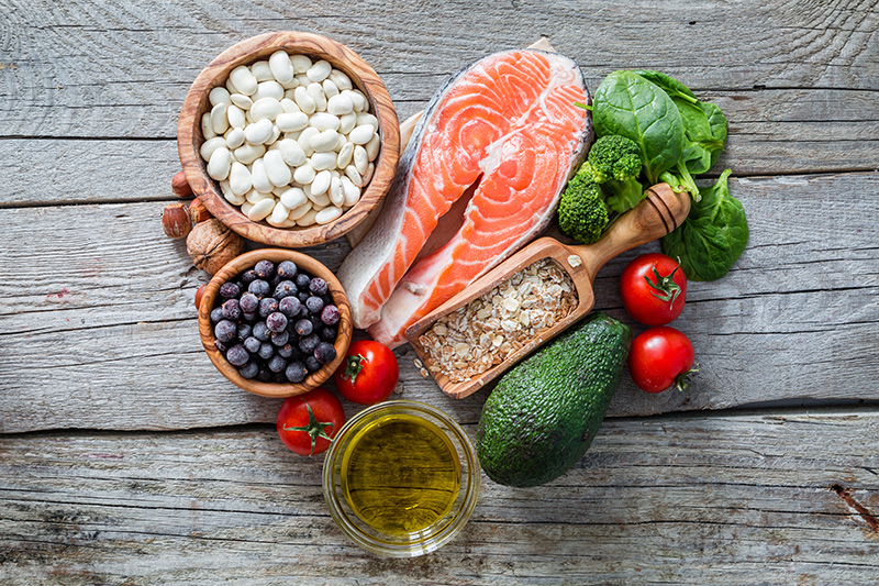 w-3多元不飽和脂肪酸(EPA和DHA)主要存在於魚類,亞麻籽,核桃,小麥、豆芽,可幫助頭髮的建構。